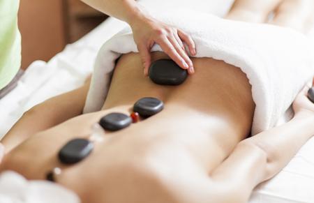 masaje piedras caliente